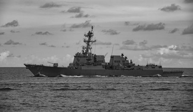 Nhóm tác chiến tàu sân bay USS Ronald Reagan gồm tàu sân bay USS Ronald Reagan (CVN 76), không đoàn tàu sân bay (CVW) số 5, tàu tuần dương mang tên lửa dẫn đường USS Antietam (CG 54) và tàu khu trục mang tên lửa dẫn đường USS Mustin (DDG 89). Trong ảnh: Tàu khu trục lớp Arleigh Burke mang tên lửa dẫn đường USS Mustin thuộc Nhóm tác chiến tàu sân bay USS Ronald Reagan tham gia cuộc tập trận tại Biển Đông.