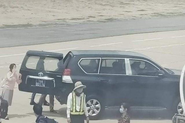 Xe biển xanh đưa đón Phó Bí thư Tỉnh ủy Phú Yên sát chân máy bay ngày 14/6 (ảnh: Facebook).