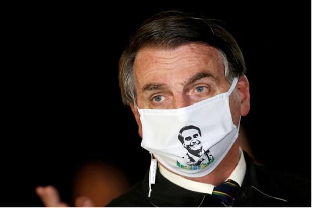 Tổng thống Bolsorano đeo khẩu trang khi tiếp xúc với phóng viên hôm 7/7. (Nguồn: Washington Post).