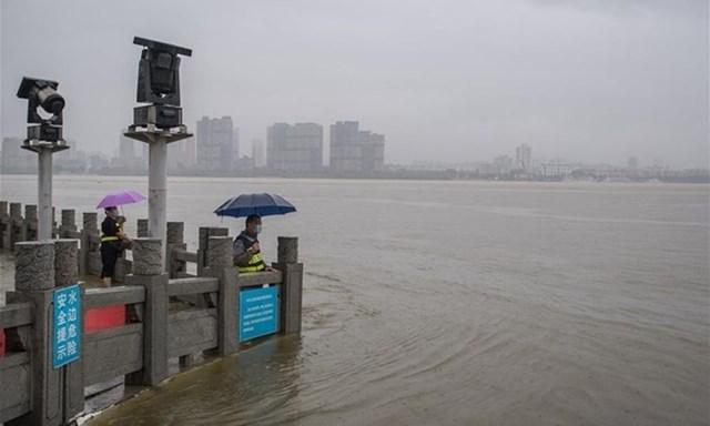 Nước lũ mấp mé miếu Long Vương ở Vũ Hán, thủ phủ tỉnh Hồ Bắc, miền trung Trung Quốc, hôm 6/7. Ảnh: Xinhua.