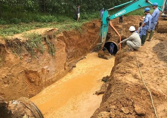 Công nhân khắc phục sự cố vỡ đường ống nước sạch sông Đà trên đại lộ Thăng Long, Hà Nội - Ảnh: T.Đ.H.