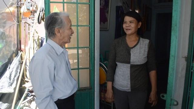 Ông bảy Phơ đến thăm hỏi gia đình có hoàn cảnh khó khăn trong tổ dân phố.