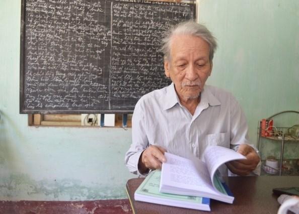 Ông Tạ Phơ vẫn ngày ngày đọc sách, sống cuộc sống bình dị trong căn nhà cấp 4 cũ kỹ của mình.