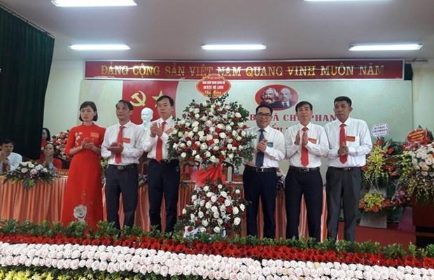 Ông Đỗ Đình Hồng, Thành ủy viên, Bí thư Huyện ủy tặng hoa chúc mừng Đại hội đại biểu Đảng bộ xã Chu Phan nhiệm kỳ 2020-2025. (Nguồn: melinh.hanoi.gov.vn).