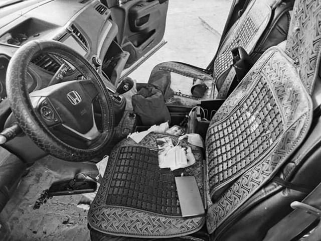 Bên trong chiếc ô tô bị cướp.