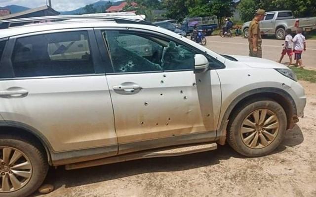Vết đạn chi chít trên cánh cửa ô tô bị tấn công.