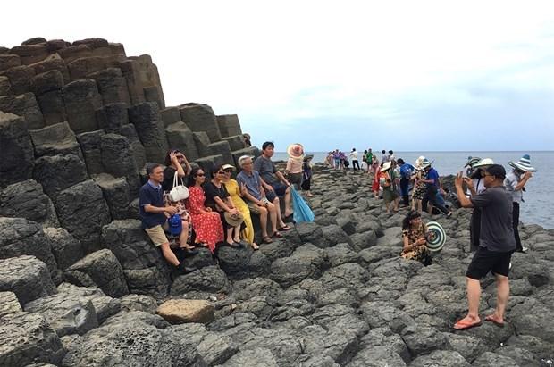 Rất đông du khách tới tham quan và chụp ảnh lưu niệm tại Ghềnh đá Dĩa (Phú Yên) trong những ngày này. (Ảnh: K.T.).