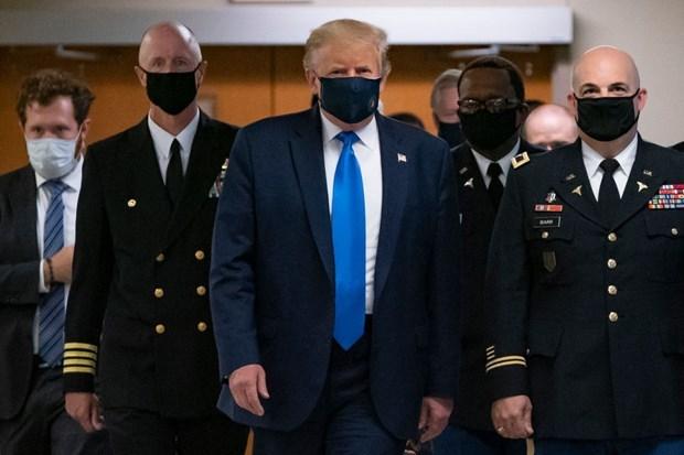 Ông Trump đeo khẩu trang khi tới bệnh viện quân y Walter Reed. (Nguồn: Getty Images).