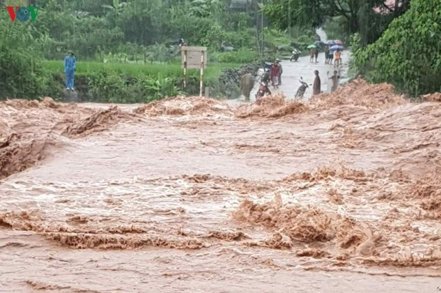 Mưa to cục bộ ở nhiều nơi khiến mực nước tại các sông, suối, hồ, đập trên địa bàn tỉnh Lai Châu dâng cao...