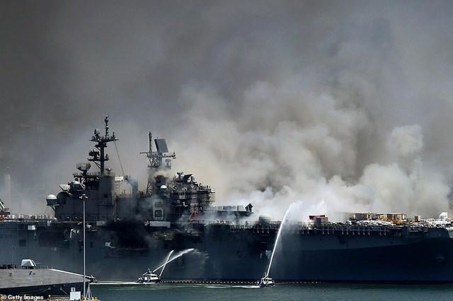 Một vụ nổ đã xảy ra và đám cháy bốc lên vào khoảng 9 giờ sáng ngày 12/7 (theo giờ địa phương) khi tàu tấn công đổ bộ USS Bonhomme Richard đang neo đậu tại cảng ở San Diego, bang California. (Ảnh: Getty).