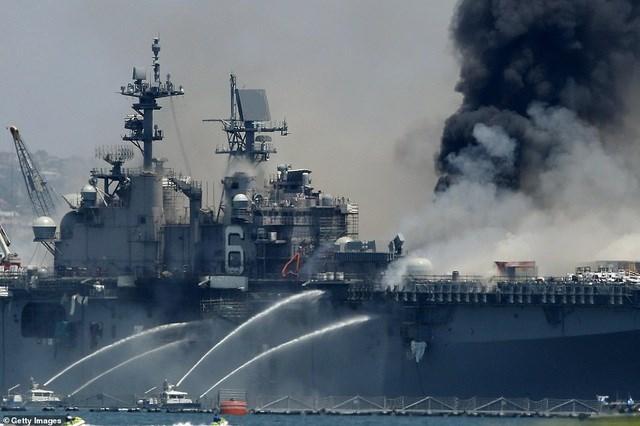 Những hình ảnh từ hiện trường cho thấy cột khói đen bốc lên từ thân tàu, trong khi xuồng cứu hỏa phải sử dụng vòi rồng để kiểm soát đám cháy. (Ảnh: Getty).