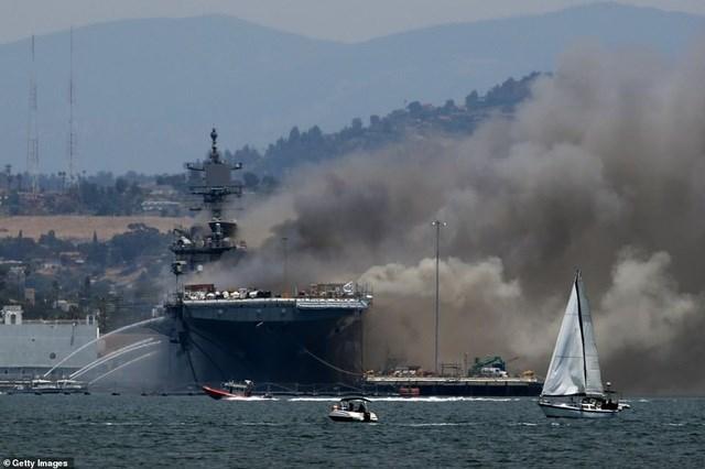 Hải quân Mỹ xác nhận ít nhất 18 thủy thủ đã bị thương sau vụ cháy. Một số lính cứu hỏa cũng bị thương do bỏng và hít phải khói. (Ảnh: Getty).
