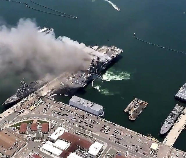 """""""18 thủy thủ đã được đưa tới bệnh viện địa phương với các vết thương không nguy hiểm tới tính mạng. Toàn bộ thủy thủ đoàn đã được đưa khỏi tàu"""", thông báo của hải quân Mỹ cho biết. (Ảnh: EPA)."""