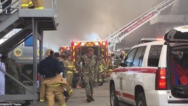 Hàng chục xe cứu hỏa và lính cứu hỏa được huy động để dập tắt đám cháy. (Ảnh: Twitter).