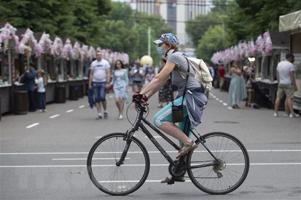Người dân đeo khẩu trang phòng lây nhiễm Covid-19 tại Moskva, ngày 4/7/2020. (Nguồn: THX/TTXVN).