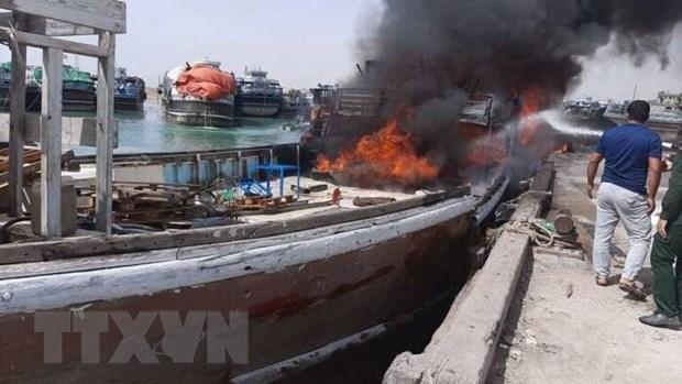 Nhiều tàu biển bốc cháy tại cảng Bushehr, Iran, ngày 15/7/2020. (Ảnh: IRNA/TTXVN).