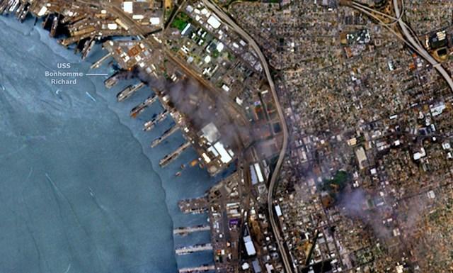 Đám cháy USS Bonhomme Richard trên ảnh vệ tinh. Ảnh: Twitter/EUintheUS.