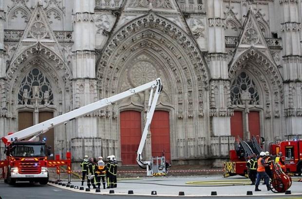 Lính cứu hỏa tại hiện trường vụ cháy tại Nhà thờ Saint Pierre và Saint Paul ở Nantes, Pháp, ngày 18/7. (Nguồn: Reuters).