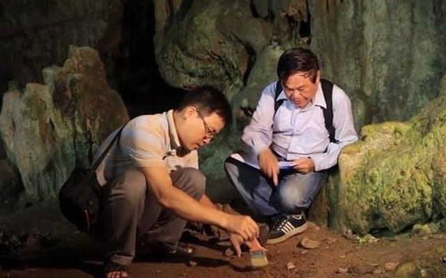 Các nhà khảo cổ khảo sát một trong các hang động nằm ở vùng lõi Vườn quốc gia Ba Bể.