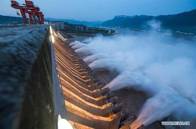 Theo Công ty Tam Hiệp Trung Quốc, vào lúc 14h ngày 19/7 (giờ Bắc Kinh), đập Tam Hiệp giữ một lượng nước lũ lên tới 14 tỷ mét khối.