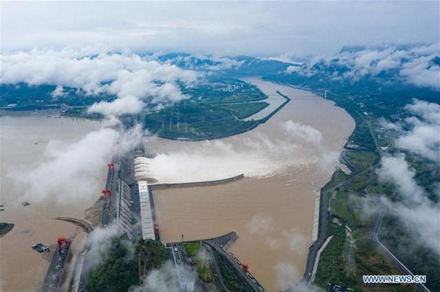 Trung Quốc đang trong mùa lũ chính. Đập Tam Hiệp chặn dòng sông Trường Giang (Dương Tử).