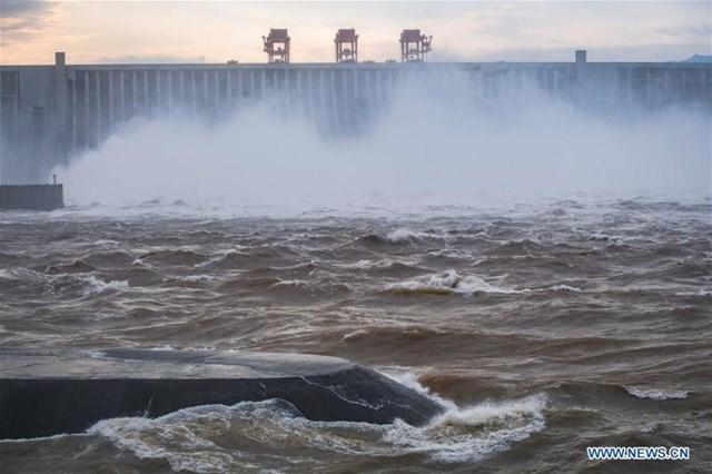 Nhìn từ mặt nước hất lên đập Tam Hiệp.