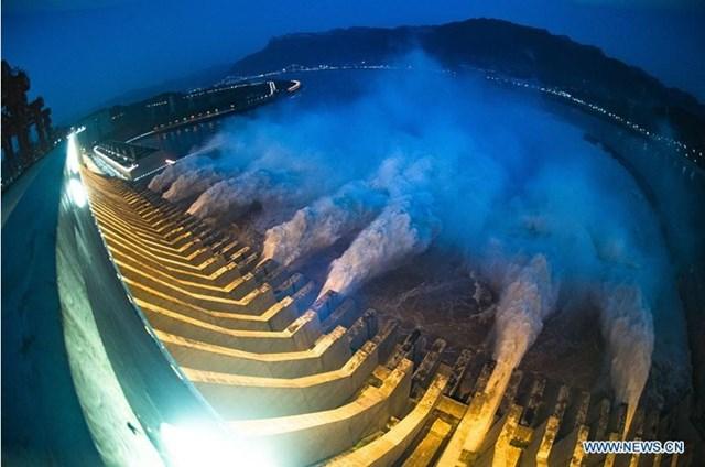 Cảnh xả nước từ đập Tam Hiệp về đêm.