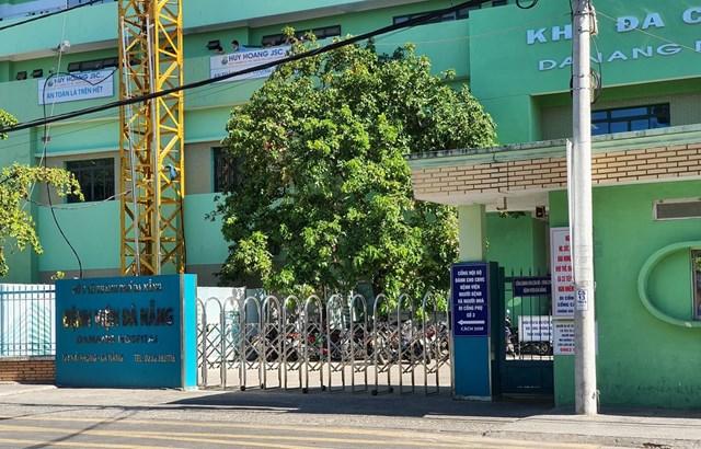 Cổng chính Bệnh viện Đà Nẵng. (Ảnh: Văn Dũng/TTXVN).