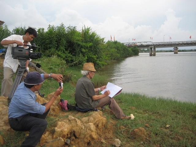 """Nhà báo Trần Đăng Mậu trong chuyến làm phim """"Sắc màu ký ức"""" Ảnh: NTT."""