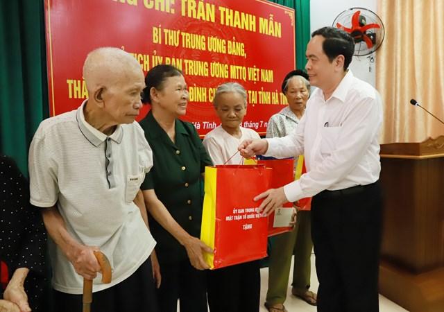 Chủ tịch UBTƯ MTTQ Việt Nam Trần Thanh Mẫn tặng quà cho 10 gia đình chính sách có hoàn cảnh khó khăn tại Khu di tích Ngã ba Đồng Lộc (ngày 18/7/2020).