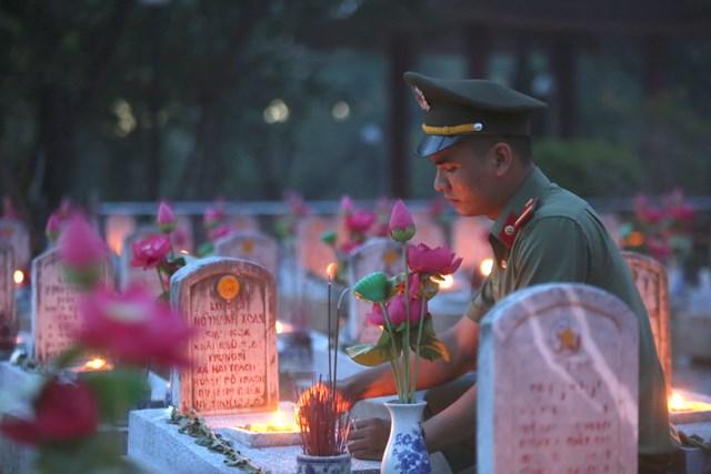 Thế hệ trẻ thắp nến tại Nghĩa trang Liệt sỹ Trường Sơn tri ân công lao to lớn của các anh hùng, liệt sĩ.