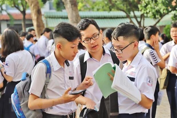 Các thí sinh TP.HCM thảo luận sao khi hoàn thành bài thi môn Toán. (Ảnh: Hồng Giang/TTXVN).