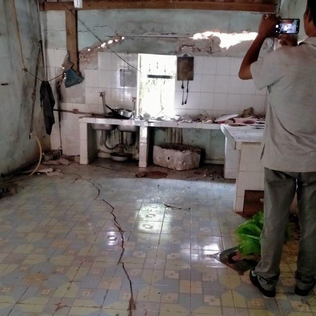 Nhà dân nứt toác sau trận động đất ở Sơn La.