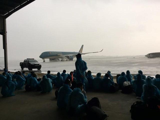 Máy bay thân rộng A350 của Hãng hàng không Quốc gia Việt Nam (Vietnam Airlines) đến sân bay Bata của Guinea Xích đạo để đón công dân Việt Nam.