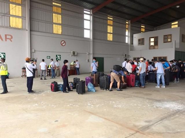[ẢNH] Đón công dân Việt Nam ở sân bay Bata của Guinea Xích đạo - Ảnh 1