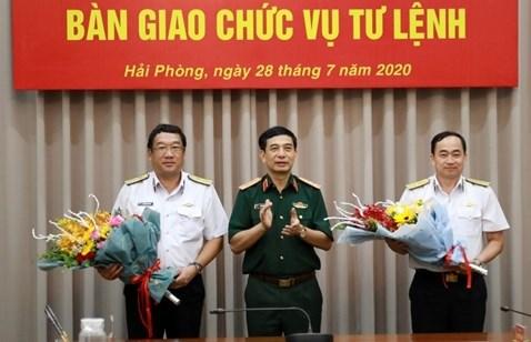 Thượng tướng Phan Văn Giang chúc mừng Phó Đô đốc Phạm Hoài Nam và Chuẩn Đô đốc Trần Thanh Nghiêm.