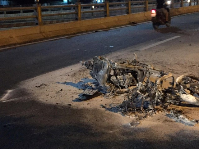 Chiếc xe máy bị ngọn lửa thiêu rụi chỉ còn trơ khung.