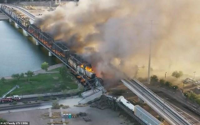 Theo AP, vụ việc xảy ra vào 6h sáng ngày 29/7, khi một tàu chở hàng bị trật đường ray khi qua cây cầu bắc qua một hồ ở Tempe, bang Arizona. Cả đoàn tàu và cây cầu đều bốc cháy ngùn ngụt và một phần cầu đã vị sập sau tai nạn.
