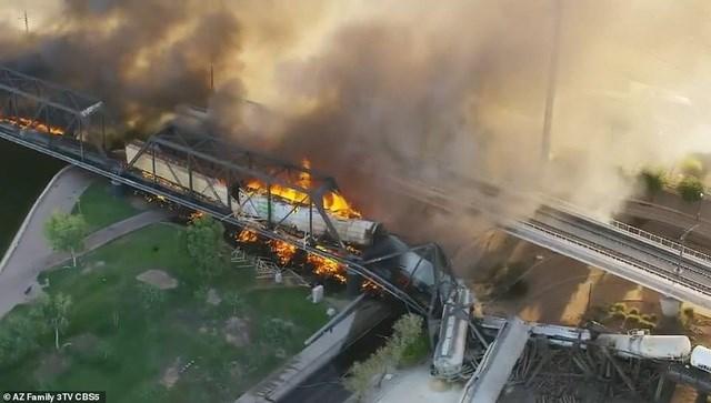 Cảnh sát cho biết từng có một vụ trật đường ray xảy ra ở cùng khu vực này tháng trước đã khiến cầu bị hư hỏng nhẹ, nhưng hiện chưa rõ vụ việc này có dẫn tới sự cố hôm qua hay không. Theo AP, cây cầu đã được kiểm tra hôm 9/7.