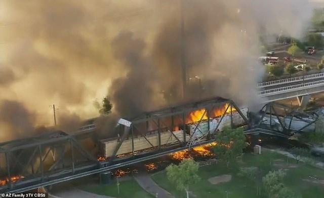 Theo AP, đoàn tàu di chuyển từ Tucson tới Phoenix có 102 toa và khoảng 8-10 toa bị cháy.