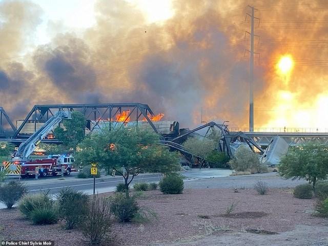 Khoảng 90 lính cứu hỏa đã tới hiện trường dập lửa, theo người đứng đầu lực lượng cứu hỏa thành phố Tempe Greg Ruiz. Các video ghi lại hiện trường cho thấy ngọn lửa bùng lên khá lớn, kèm theo khói đen bốc lên cao.