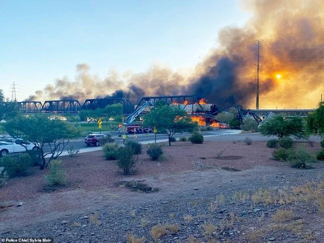 Ông Ruiz cho biết đội cứu hỏa đang xử lý một vụ rò rỉ từ một toa tàu bị trật khỏi đường ray. Không ai bị thương trong vụ việc, nhưng có báo cáo về một số người bị ngạt khói. Hiện chưa rõ có bao nhiêu người trên tàu lúc nó gặp sự cố trật khỏi đường ray.
