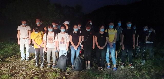 Lực lượng biên phòng trong một ngày phát hiện 2 vụ với tổng cộng 45 người Việt Nam nhập cảnh trái phép (Ảnh: Báo Quảng Ninh).