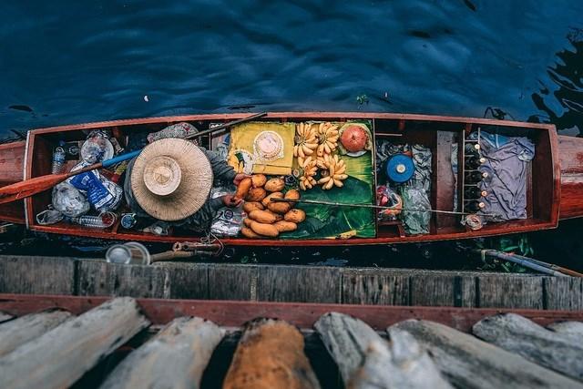 """Bức """"Chợ nổi Damnoen Saduak"""" của tác giả người Slovenia - Matej Lepen, chụp tại Damnoen Saduak, tỉnh Ratchaburi, Thái Lan."""