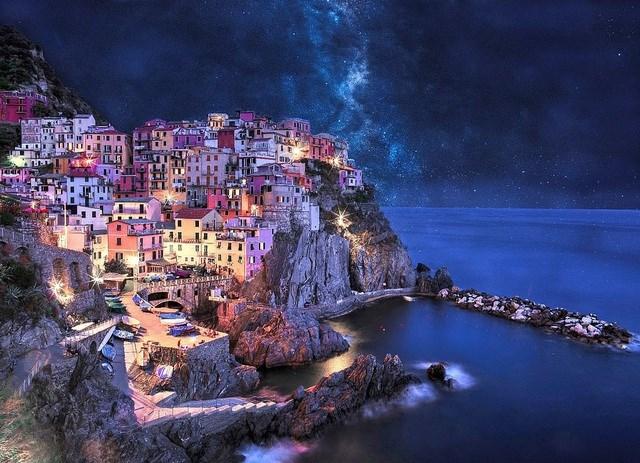 """Bức """"Vùng đất diệu kỳ Neverland"""" được chụp bởi nhiếp ảnh gia người Hungary Péter Hoszáng tại thị trấn Manarola, La Spezia, Ý."""