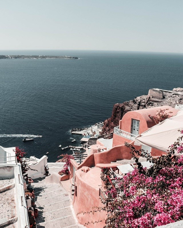 """Bức """"Ngày ở Santorini"""" của tác giả người Lithuania - Gabija Kuseliauskyte. Ảnh chụp tại Santorini, Hy Lạp."""