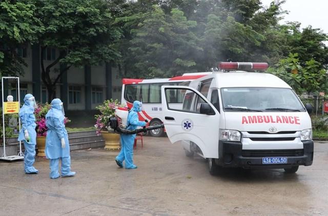Công tác khử khuẩn được thực hiện nghiêm ngặt đối với tất cả các phương tiện đi ra và đi vào khu vực. (Ảnh: Quốc Dũng/TTXVN).