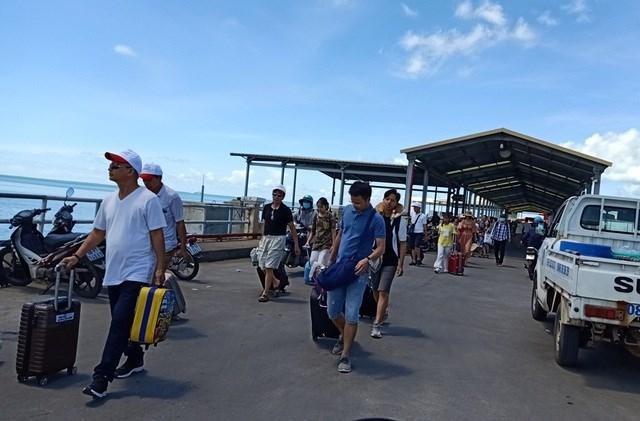 6h sáng nay các tàu cao tốc, phà ra đảo Phú Quốc và chiều ngược lại đều tạm ngưng hoạt động.