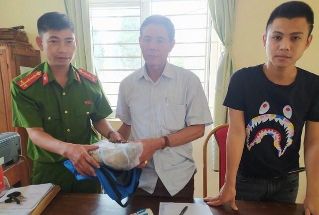 Ông Trịnh Đình Quản nhận lại tài sản đánh mất.