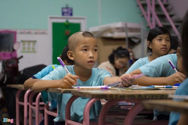 """""""Em thích được đi học lắm. Em thường đến sớm để chơi cùng các bạn. Thầy tuy nghiêm khắc nhưng rất dễ thương và giỏi nữa"""", em Giang Thị Ngọc Diễm (12 tuổi), đã học tại lớp Ngọc Việt hơn 1 năm, nói."""